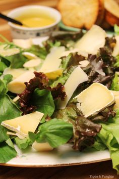 Salada de folhas e queijos com molho mostarda