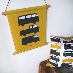 Textielposter in kleur oker met VW busjes Vw Bus, Kidsroom, Nursery, Storage, Boys, Furniture, Design, Home Decor, Bedroom Kids