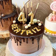Esta es una tarta Dripp de dos chocolates con decoración en oro #celebrandolavida #belloybueno #somoselpostre