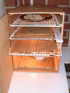 DIY dehydrator - wooden box, wire shelves, thermometer and lightbulbs! Survival Prepping, Emergency Preparedness, Raw Food Recipes, Cooking Recipes, Pickles, Long Term Food Storage, Dehydrated Food, Dehydrator Recipes, Preserving Food