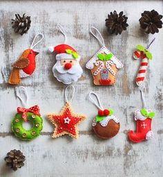 Este listado está para adornos de fieltro 8 (como en la imagen). Podría ser utilizado como decoración de árbol de Navidad, un regalo encantador. Corte y aserrado de alta calidad fieltro a mano a mano (marrón oscuro, miel marrón, beige), rellenas con hollofayber no alérgicos. Colgante largo lazo es 2,5. Medidas de juguetes: Santa altura de 3.5, 2 ancho Casa de jengibre h 3, 3 w Media 2.5 h, 1 3/4 w Coockies diam 2 Corona diam 2 3/8 Pájaro 3 h, 1 3/4 w Candy cane 3 w, 1,5 w Estrella 2 1/4 * 2…