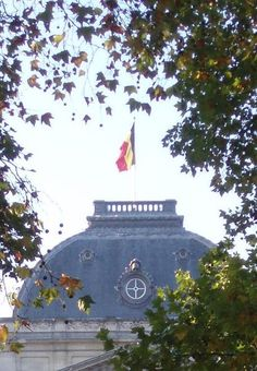 The flags on the Royal Palace of Brusselsand of Laeken indicate whether the king is in Belgium or abroad