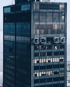 taking a close peak at the skydeck ;) has anyone ever stepped in the clear box at 1353 feet?! by swopes