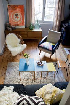 déco salon - tables gigognes - fourrure et coussins ! http://insidecloset.com/anne-laure-bordeaux-23/