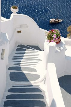 Beautiful white stairs of Akrotiri, Santorini Island, Greece (by Carmelo61).