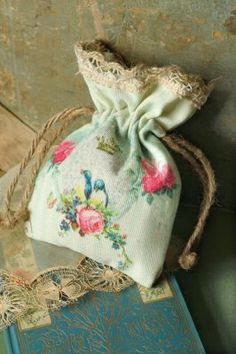 Shabby Chic would be so cute for favors or bridesmaid gifts! Lavender Bags, Lavender Sachets, Shabby Vintage, Shabby Chic, Handmade Crafts, Diy And Crafts, Fabric Crafts, Sewing Crafts, Craft Projects