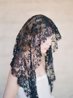 Oh a lovely Spanish mantilla, maravilloso!