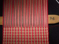 PASO A PASO N° 11 CON URDIMBRE DE PEINECILLO   reflejos aborígenes Inkle Loom, Loom Weaving, Hand Weaving, Textile Tapestry, Weaving Projects, Tear, Loom Knitting, Crochet Patterns, Textiles