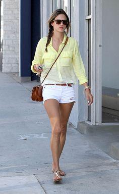 ALESSANDRA AMBROSIO  Luciendo una blusa en amarillo lima de la firma Bella Dahl, shorts blancos, una cartera cruzada en cuero de Chanel y sandalias planas Giuseppe Zanotti en dorado, captamos a la supermodelo mientras paseaba por una calle de Los Ángeles. La brasileña completó su look con una sencilla trenza y gafas de sol.