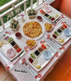 Party Food Buffet, Brunch Buffet, Breakfast Presentation, Food Presentation, Breakfast Platter, Breakfast Recipes, Deco Table, A Table, Table Plate Setting