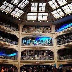 Com foco na rotação de produtos e rentabilidade por metro quadrado, a Primark não é exemplo de inovação ou sofisticação no VM. Mas se o metro quadrado da H&M gera um faturamento anual médio de 3,4 mil libras, na Primark o mesmo espaço proporciona, em média, receitas anuais de 5,3 mil libras. Você pode pensar que o posicionamento de mercado e produtos destas duas marcas são muito diferentes e que a Primark não se preocupa em ter estilo no seu negócio. Entretanto, no varejo já se fala de uma…