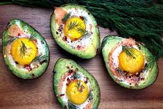 These baked eggs in avocado with smoked salmon are packed with healthy fats for a filling breakfast or snack. Avocado Hummus, Low Carb Avocado, Avocado Boats, Baked Avocado, Salmon Avocado, Easy Clean Eating Recipes, Healthy Eating, Healthy Fats, Simple Meals