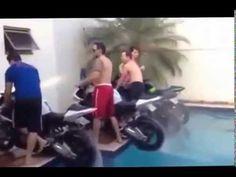 Basen i motocykle czy to dobre połączenie? okazuje się że tak! http://www.smiesznefilmy.net/motocyklem-w-basenie #motorcycle #swimming #pool