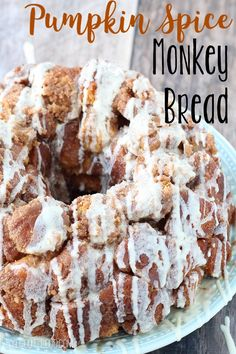 Delicious Pumpkin Spice Monkey Bread - this makes me so excited for fall! This Pumpkin Spice Monkey Bread with Cream Cheese Glaze is a perfect introduction to one of the favorite flavors of the fall season! Mini Desserts, Fall Desserts, Delicious Desserts, Dessert Recipes, Breakfast Recipes, Dinner Recipes, Yummy Food, Oreo Dessert, Thanksgiving Recipes