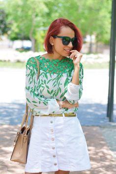 Blusa de encaje verde y falda corta