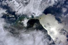 (IT) Molto vicini all'equatore mentre il bagliore del Sole illumina le acque di fronte alla  costa della Nuova Guinea