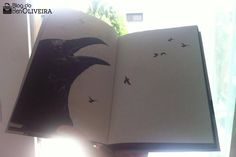 Pássaros pretos sobrevoam Londres, provocando o caos por onde passam, atormentando, machucando e matando pessoas. O que está acontecendo? O protagonista e narrador do livro Os Pássaros, do escritor Frank Baker, é o responsável por levar o leitor a desvendar esse mistério no romance, repleto de críticas à sociedade da época e ao moralismo. Publicada originalmente em 1936, a obra literária foi republicada em 2016 pela editora DarkSide Books, com tradução de Bruno Dorigatti.