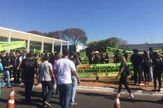 Policiais civis protestam durante posse da Ministra Cármen Lúcia, no STF Agentes exigem manutenção da paridade com a Polícia Federal, que recebeu um reajuste de 37%