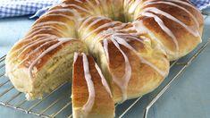 Solskinnskringletine or Norwegian Sunshine Kringle Easter bread Sunny Foods for Easter Fika, Easter Dinner, Bread Rolls, Cheesecakes, Scones, Doughnut, Nom Nom, Scandinavian, Food And Drink