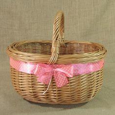 Wiklinowy koszyk z różową wstążką w białe kropki