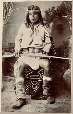 Portrait of Frijole, Chiricahua Apache, in Native Dress with Gunbelt and Gun; Blanket and Basket Nearby - Randall - 1886 Native American Photos, Native American Tribes, Native American History, American Indians, Native Americans, African Americans, Apache Indian, Native Indian, First Nations