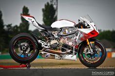"""Voila!!!! Le """"superbike"""" est tres rapide et petit . Aussi Ils sont tres cher et dangereux.en regardant la tele, Il peux passer 200 mph!!! Un Jour je espere conduire un moto commo cet moto. il faut que je ne tombe pas du motto."""