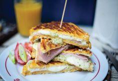 14 brutálisan jó melegszendvics, ami kitölti a hétvégéd | nosalty.hu Mozzarella, My Recipes, Pesto, Sandwiches, Breakfast, Food, Nap, Minden, Morning Coffee