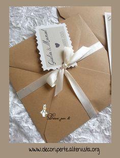 """PARTECIPAZIONI MATRIMONIO """"COUNTRY CHIC"""" e INVITO in pizzo personalizzate + pizzo macrame' + fiocco in raso e cristallo o perla. In cartoncino da 300 gr. Dimensioni 13 cm x 13 cm. In abbinamento la busta """"avana"""", chiusa da nastri e fiocchi in raso + cristallo o perla e bigliettino con i nomi degli sposi."""