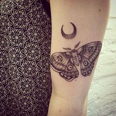 motte und mond für antonia #tattoo #motte #moth #mond #moon #dotwork