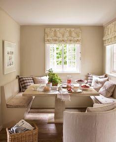 Muy luminoso  La mejor ubicación de un comedor de diario es lo más cerca posible de las ventanas. Mesa de roble teñido en blanco y banco a m...