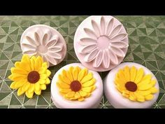 How to make Fondant Sunflowers using plunger cutters. Cupcake Icing, Fondant Icing, Fondant Toppers, Fondant Cupcakes, Cupcake Toppers, Icing Flowers, Fondant Flowers, Cake Decorating Techniques, Cake Decorating Tutorials
