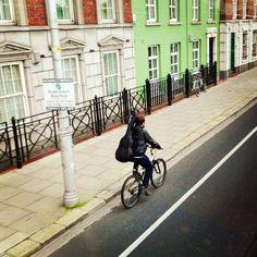 Girando Dublin de bike . São muitos os estudantes que escolhem a bike para se locomover entre trabalho e escola, economizando assim uma grana com o transporte e fugindo do pequeno grande trânsito da cidade. #bike #ireland #dublin #gironapangeia #mochileiros #trip #viagem #irlanda #bicicleta #estudantes #europa #dublinbikes