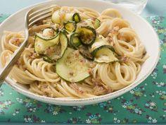 Nudeln mit Zucchinisoße ist ein Rezept mit frischen Zutaten aus der Kategorie Blütengemüse. Probieren Sie dieses und weitere Rezepte von EAT SMARTER!