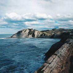 Hablemos de lugares ridículamente hermosos: #Zumaia / Let's talk about places that are ridiculously beautiful: Zumaia.  ◾  ◾  ◾  #BasqueCountry #PaisVasco #euskadi #itzurun #flysch #travelphotography #rockymountains #mountains #beach #beachphoto #vsco #vscocam #femaletraveler #WomenWhoTravel #blue #zumaya #landscape #landscapephotography