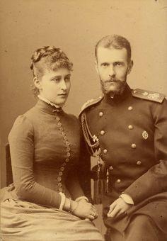 Grão-duque Sergei Alexandrovich (1857-1905) e a Princesa Elisabeth de Hesse (1864-1918), mais tarde Grã-duquesa Elisabeth Feodorovna. Eles estão sentados juntos com Grão-duque Sergei à direita vestindo uniforme militar. Em março de 1884.