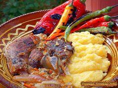 De data aceasta ne vom ostoi pofta cu o pulpa de porc la cuptor, gătită încet cu ceva legume, cu mămăligă și cu feluriți ardei copți.