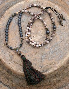 Mala Kette aus 6 mm matt Jasper und 8 mm Hämatit, 108 Perlen. 85-94cm passend zu braunem Cream Kleid
