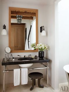 A simple, rustic bathroom by Alfredo Paredes in New York.