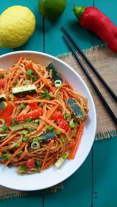 Fideos y verduras frescas en una salsa dulce y salada de cacahuete. Tan sencillo y fácil a preparar, volverás a hacer esta receta una y otra vez!