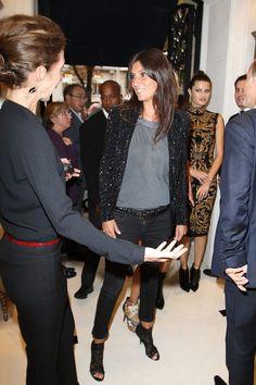 エマニュエルのパーティファッション男前でエレガントで素敵♡ お迎えの女性のファッションもシンプルイズビューティフル♡ 大人な女性たち Emmanuelle Alt Photo - Vogue Fashion Celebration Night 2011 in Paris | Lady to left in all black with thin red belt