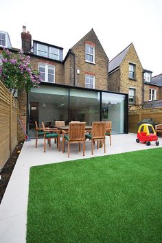 "Modern patio with ""wrap around"" on lawn and thin border Extension Veranda, Glass Extension, Rear Extension, Extension Ideas, Interior Exterior, Exterior Design, Interior Architecture, Küchen Design, House Design"