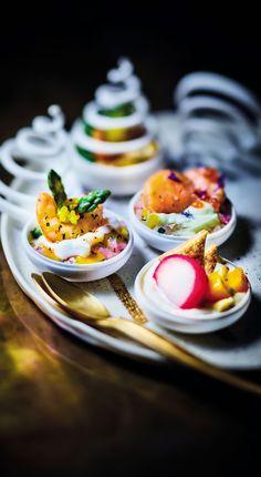 #MaTableAuSommet  Ces mini-coupelles de fêtes scellent le mariage entre des saveurs de la mer et des légumes anciens où se glissent les notes typées d'un fruit, d'un agrume ou d'un légume. Avec leur allure folle, ces amuses bouches sont parfaites pour un apéritif ou utilisées comme une mise en bouche !  #Noël #Repas #Chic #SapinApéritif #MiseEnBouche