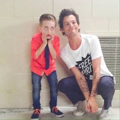 Aww! This is so cute! Louis Tomlinson with a contestant on America's Got Talent