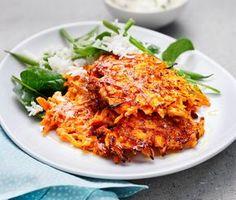 Morotsplättar med dragonyoghurt är en måltid som riktigt smälter i munnen. Plättarna blir härligt krispiga och frasiga när de steks i olivolja i den heta pannan. Till detta serveras en matig yoghurt med smak av dijonsenap och dragon samt bönris. Raw Food Recipes, Veggie Recipes, Vegetarian Recipes, Cooking Recipes, Healthy Recipes, Veggie Food, Veg Dishes, Vegetable Dishes, Good Food