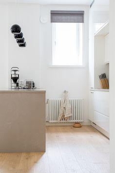 Mikrosementti on monikäyttöinen ja kaunis materiaali. Helsinkiläisen kaksion keittiön saareke sai mikrosementtisen pinnan, joka sointuu samaa materiaalia olevaan keittiön välitilaan. #huoneistoremontti #keittiöremontti #remontti #keittiö #avokeittiö #saareke #mikrosementti Bench, Storage, Furniture, Home Decor, Homemade Home Decor, Larger, Benches, Home Furnishings, Desk