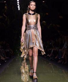 Parigi Fashion Week: Clan Kardashian da Balmain