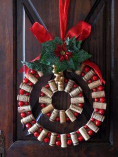 De bricolaje del corcho del vino de la guirnalda de la Navidad.