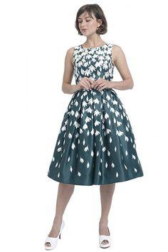 """Krásné šaty za příznivou cenu, které vynesete na plesy, večírky, do divadla či na večeři s partnerem. Zelený podklad s motivem sněženek, lodičkový střih, živůtek projmutý, sukně od pasu dolů nabraná v pravidelných skladech. Zapínání na skrytý zip v zadní části. Materiál (97% polyester, 3% elastan). Šaty můžete doplnit spodničkou v délce 25""""-27"""". Vintage, Style, Fashion, Swag, Moda, Fashion Styles, Vintage Comics, Fashion Illustrations, Outfits"""