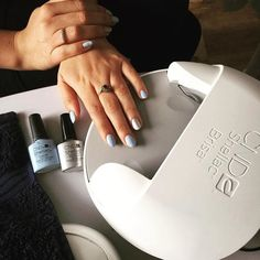 Nail Pro Harriet Edbrooke of Va Va Voom Beauty created this manicure using SHELLAC™ Brand 14+ Day Nail Color in the shades Creekside and Silver Chrome