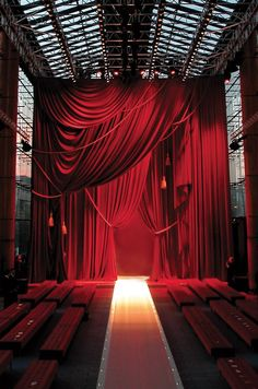 31 Ideas fashion show stage design backdrops louis vuitton Red Velvet Curtains, Red Curtains, Theatre Design, Stage Design, Bühnen Design, Catwalk Design, Stage Curtains, Café Bar, Displays